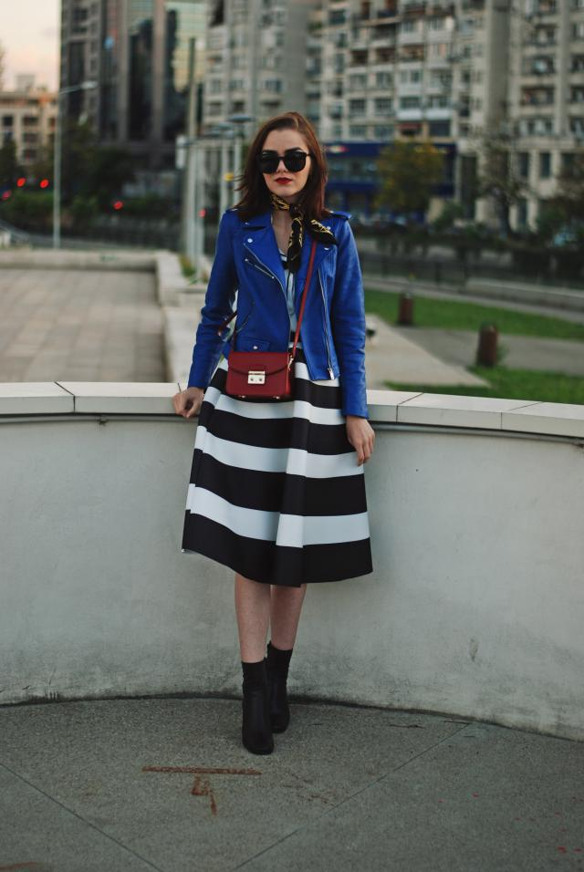 So&nbsp;easy&nbsp;to&nbsp;wear.&nbsp;<BR><BR>http://couturezilla.com/blue-leather-jacket-skirt-fall/