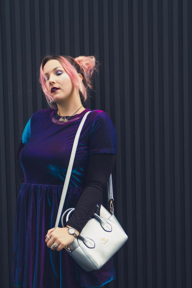 Hanging out in Tokyo with my fav kitty bag from Zaful ♥  http://carnetsdalice.com/french-curves-metallique/