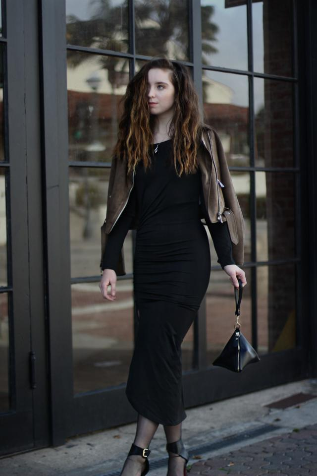 The perfect form fitting LBD is all you need for a killer night out. I adore this Side Ruched Black Evening Dress from
