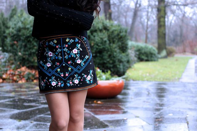 This floral skirt with nordic motifs looks absolutely stunning! <3
