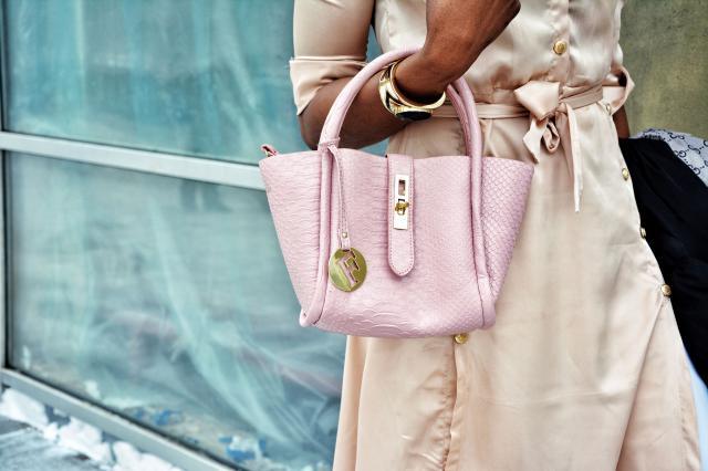 The Crocodile embossed handbag from zaful is beautiful http://www.zaful.com/metal-pendant-crocodile-embossed-handbag-p…
