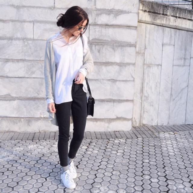 Classic white shirt, gray cardigan and black jeans, so stylish 