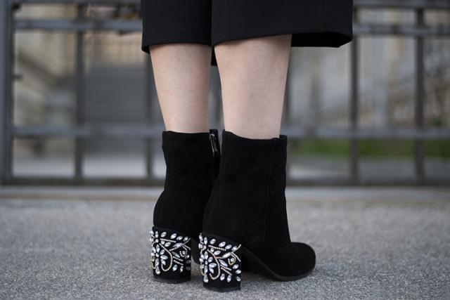 Rhinestone boots http://www.mihaskinnybuddha.com/2017/03/m-g-n-o-l-i-a.html