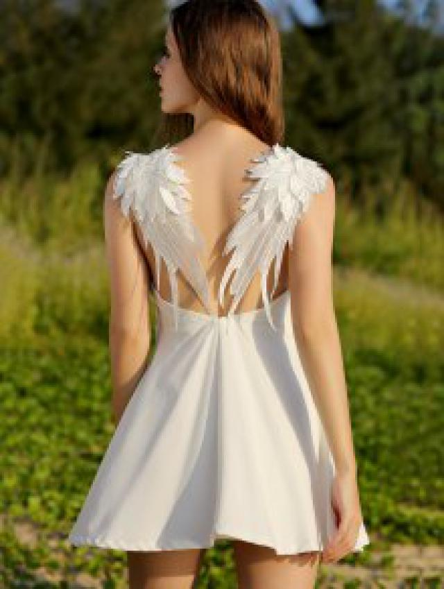 OMG! This dress is EVERYTHING! It's so cute and sexy! it comes in two colors: white and black.