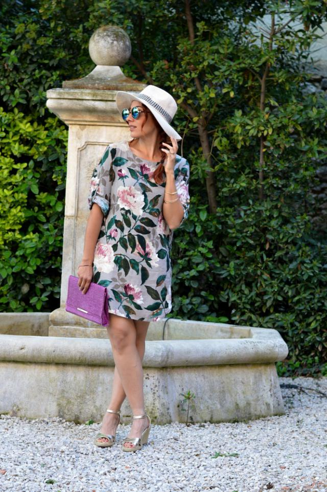 Je porte une robe style blouse à fleurs assez romantique. Cette robe est très courte donc attention avec quoi vous