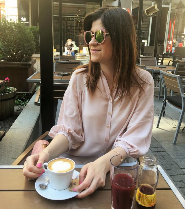 Pleasant coffee break with mirror sunnies and golden jewelry