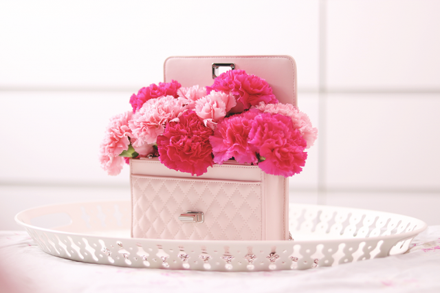This is a photo of the flower DIY I did earlier. It's a good gift idea for Mother's Day. You just need a cute purse fil…