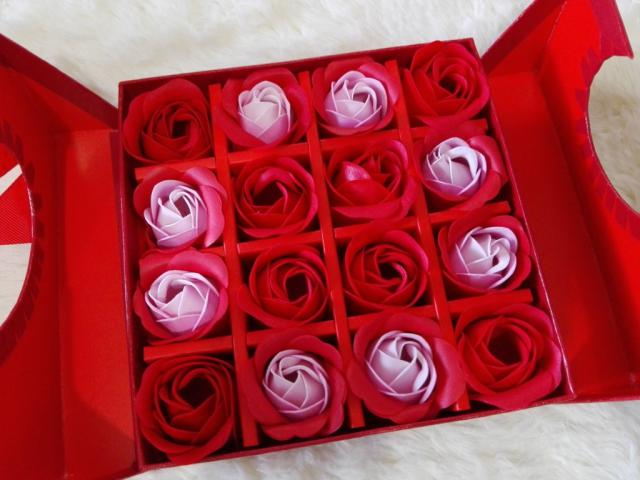 This box is so cute! The perfect gift! #gift #roses #mom