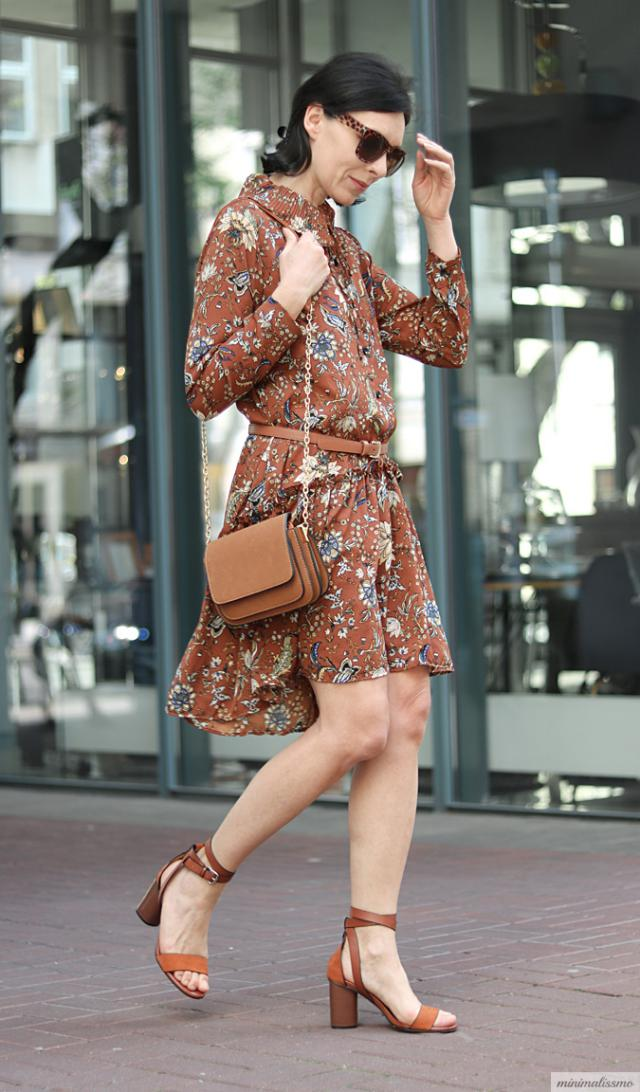 The Zaful\'s patterned dress with bow, flounce and curly flounce. Very delicate, in a beautiful color and interesting