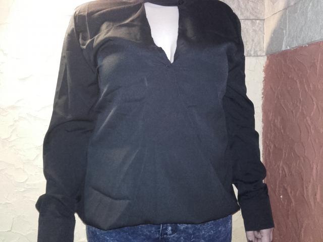 Czarna bluzka, niestety ma zbyt duży dekolt i musiałam go jakoś przykryć agrafką.