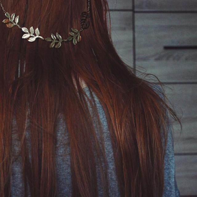 I'm not a big fan of hair accessories but these gold leaves look so great on my ginger hair