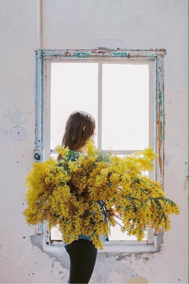 """Bir çiçek duruyordu, orda, bir yerde. Bir yanlışı düzeltircesine açmış…"""""""