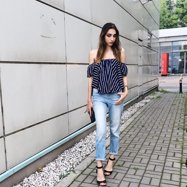 A super casual outfit made of a stripped shirt( from Zaful) , a pair of mom jeans and the perfect sandals for a chill