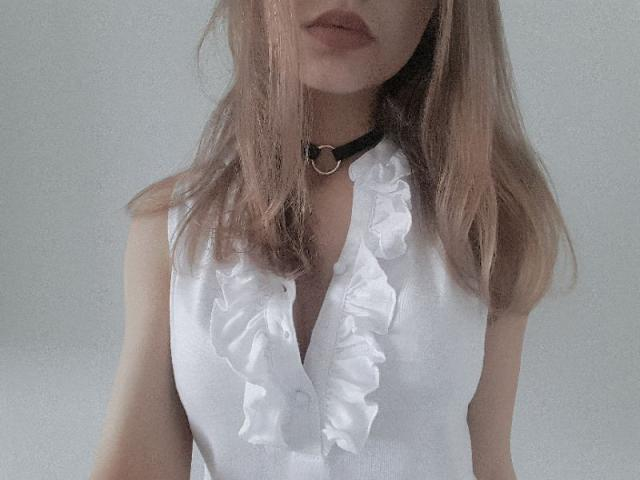 That choker is elegant and pretty. Ideal for everybody!