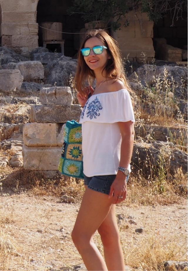 Summer Basics: Denim shorts and off shoulder top Instagram @travelera.es Blog:  www.travelera.es