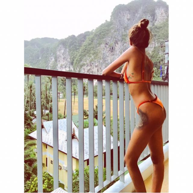 Perfect velvet thong bikini for a perfect cliff view holiday!